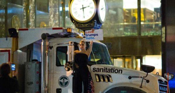 Lady Gaga protesterar mot Donald Trump