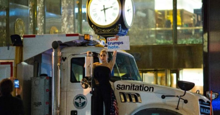 Lady Gaga protesterar mot Donald Trump